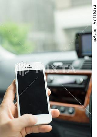 車の中でスマートフォンを操作する④ 68436332