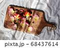 木のボードに並んだ薔薇 背景 68437614