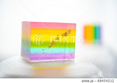 ガラスのお皿に乗った虹色の和菓子(錦玉羹)白い布が背景 68454212