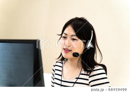 コールセンターで働く女性 68459499
