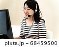 コールセンターで働く女性 68459500