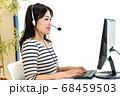 コールセンターで働く女性 68459503
