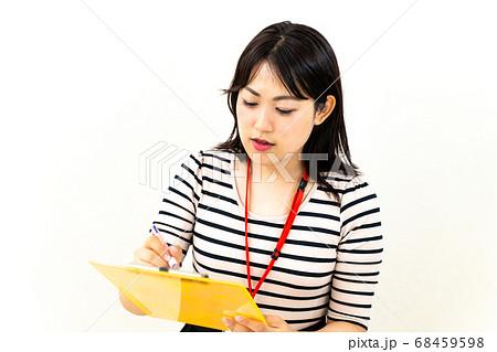 アンケートを記入する女性社員 68459598