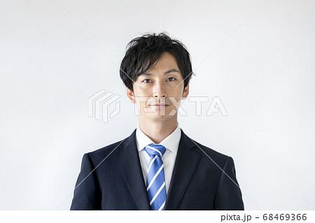 カメラ目線のスーツ姿の男性 68469366