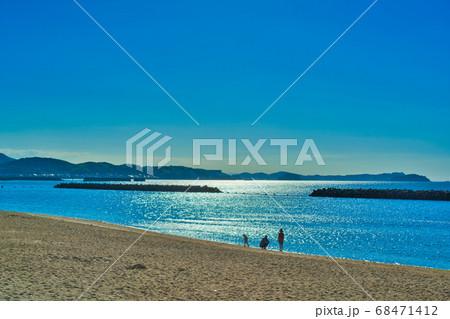 砂浜を散歩する家族 吉良ワイキキビーチ 68471412