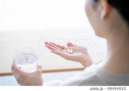 薬を飲む女性 68484810
