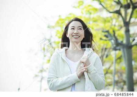 エコバックを持って歩く女性 68485844