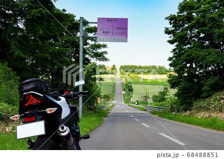 ツーリングバイクとジェットコースターの路 (北海道 上富良野町) 68488851