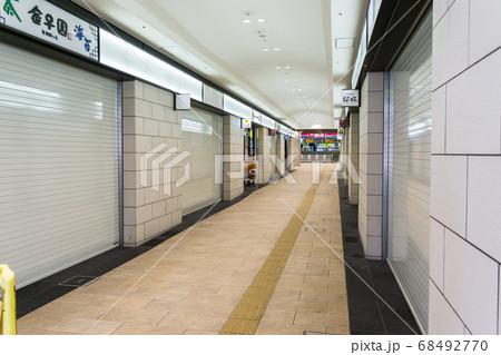 朝の聖蹟桜ヶ丘駅の静けさ お店通り 68492770