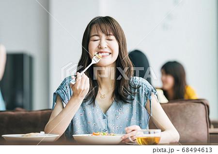 飲食店で食事をする女性 68494613