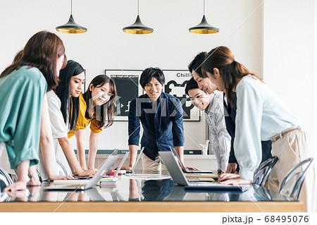 オシャレなオフィスでミーティングをする男女スタッフ 68495076