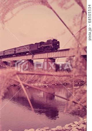 鉄橋を渡る蒸気機関車の古いフィルム写真 68505534