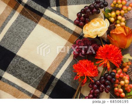 チェック柄のブランケットと秋色の造花 68506195