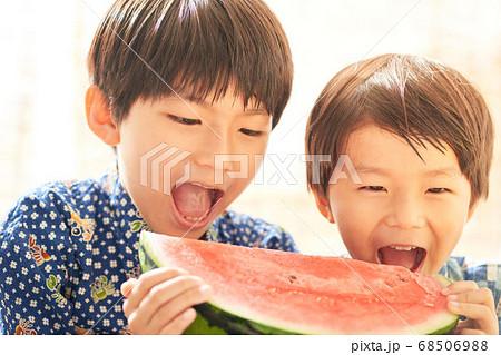 スイカを食べる男の子 68506988