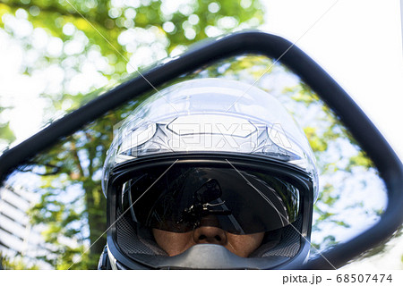 バイクライフ サンバイザー付きフルフェイスヘルメットを被ったライダーのアップ 68507474
