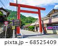 東京の山岳地帯 御岳山へと続く道にそびえたつ鳥居 68525409