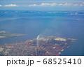 空から眺めた東京湾 煙の立ち込める海沿いの工場 68525410