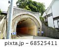 街中の小さい山を貫く小さなトンネル 岡山県倉敷市 68525411