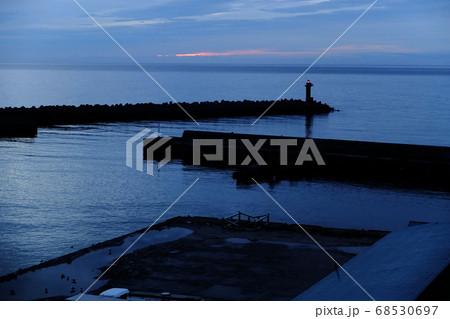北海道の礼文島 夜明け前の香深港 68530697