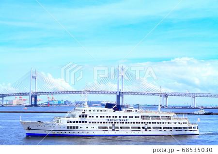 横浜、横浜ベイブリッジと遊覧船の風景 68535030