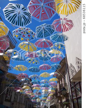 カラフルな傘 アゲダ ポルトガル 68536115