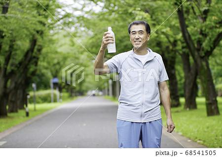 スポーツウェアでペットボトルを持つシニアの男性 68541505