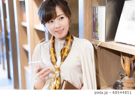 スマートフォンで検索をしてる若い女性 68544851