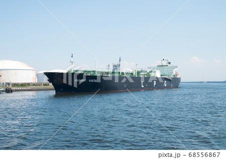 川崎港で荷役をするLPG船の景色 68556867