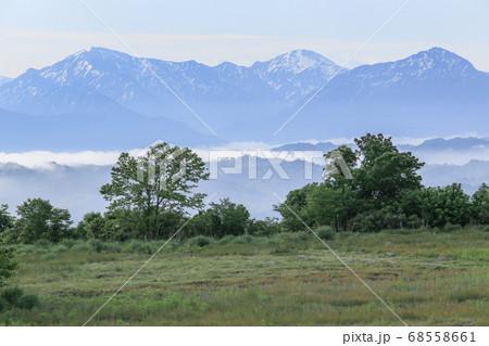 新潟県小千谷市 山本山高原から見る、残雪の越後三山(越後駒ヶ岳・中ノ岳・八海山) 68558661