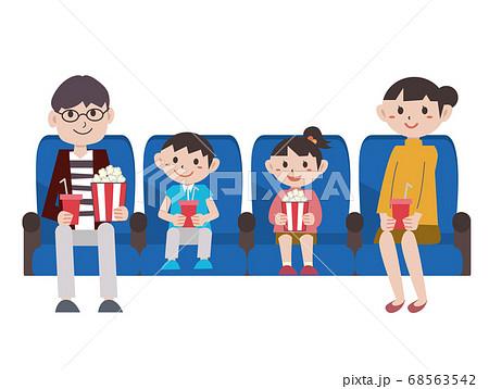 映画館で映画を見る家族 68563542