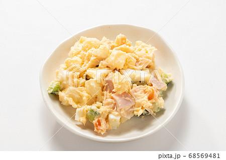 小皿に入れられたポテトサラダ。(白バック) 68569481