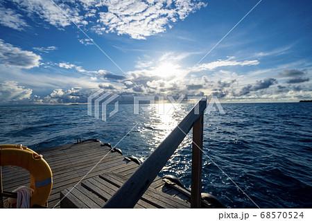 インド洋に浮かぶ船着き場 モルディブの海 68570524