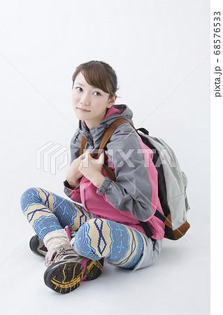 登山スタイルの女性 68576533
