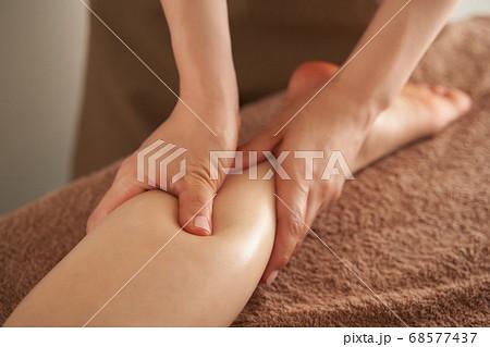 エステサロンで足のマッサージを受ける日本人女性 68577437