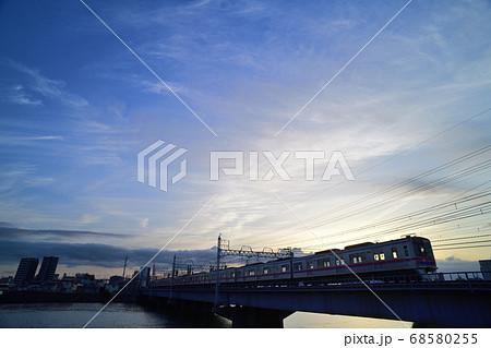 夕暮れの中川橋梁を渡る京成電車 68580255