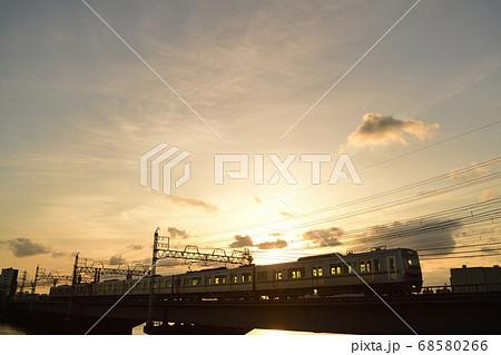 夕暮れの中川橋梁を渡る京成電車 68580266