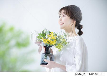 花瓶を持った女性 68581938