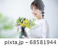 花瓶を持った女性 68581944