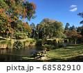 初秋の紅葉し始めた国立公園の景色 68582910