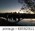 夕暮れ時に水面に写るレトロな橋 68582911