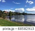 広い青空と湖の側の住宅 68582913