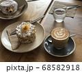 ハートのラテアートのカフェラテとケーキとドーナツ 68582918