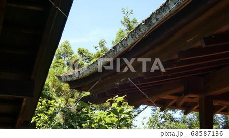 方丈の屋根越しに見える青い空・一休寺 68587136