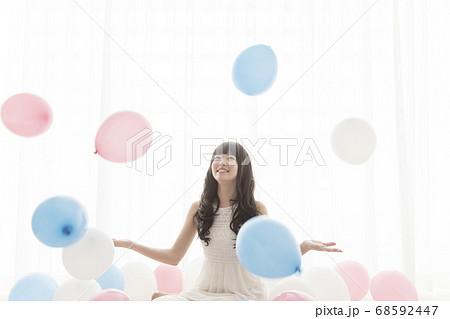 風船と女性 68592447