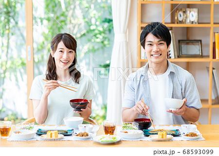 食事をする若い夫婦 68593099