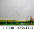 ウインドディスプレイ 花束を抱える人形に集まるチョウ 68594313