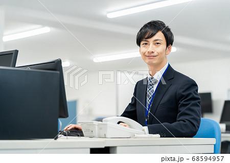 ビジネス ビジネスマン 男性 オフィス パソコン 68594957