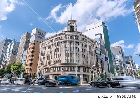 日本の東京都市景観 東京・銀座、車の流れ=8月18日 68597369