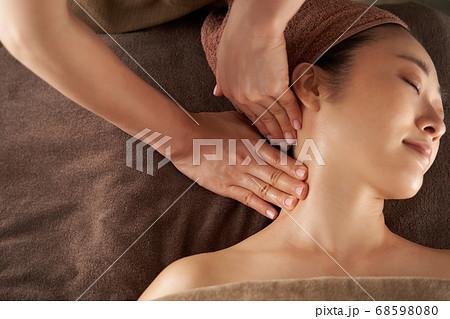 エステサロンで首すじのマッサージを受ける日本人女性 68598080