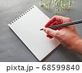 グレー背景にメモとペン 花がおしゃれ シックなイメージ 68599840